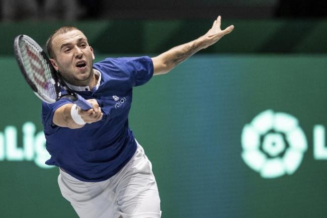 Dan Evans returns the ball to Germany's Jan-Lennard Struff