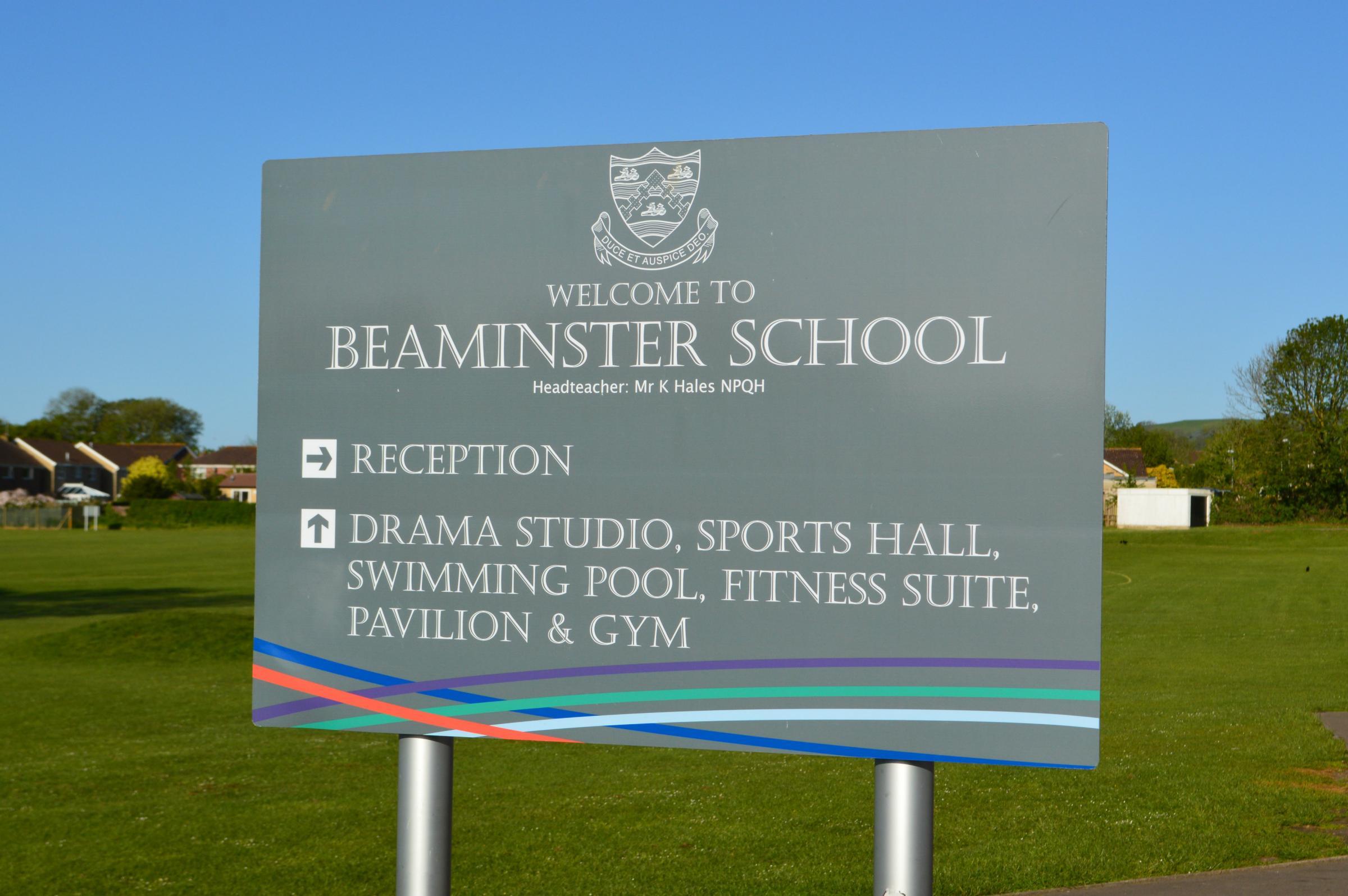 Beaminster社区在游泳池关闭后留在浅水区